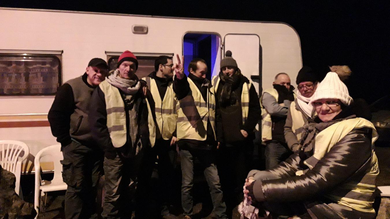 Des gilets jaunes ont cotisé pour acheter une caravane afin de se protéger du froid entre autres.