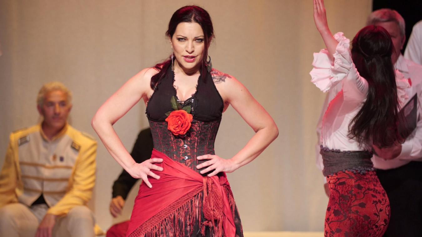La mezzo soprano Emmanuelle Zoldan interprète Carmen. Soliste lyrique, la jeune femme chante aussi dans un groupe de... hard rock.