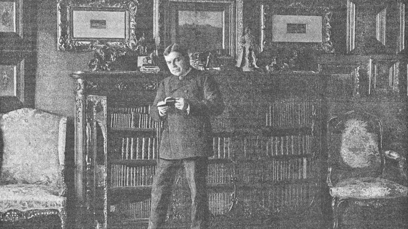Coquelin plongé dans sa bibliothèque, immortalisé par le photographe Dornac en 1893.
