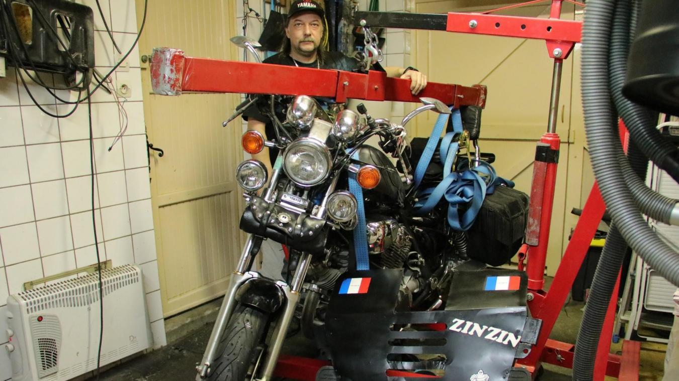 Damien Dazin a totalement équipé sa moto pour partir à l'assaut de Saint-Véran, la plus haute commune d'Europe.