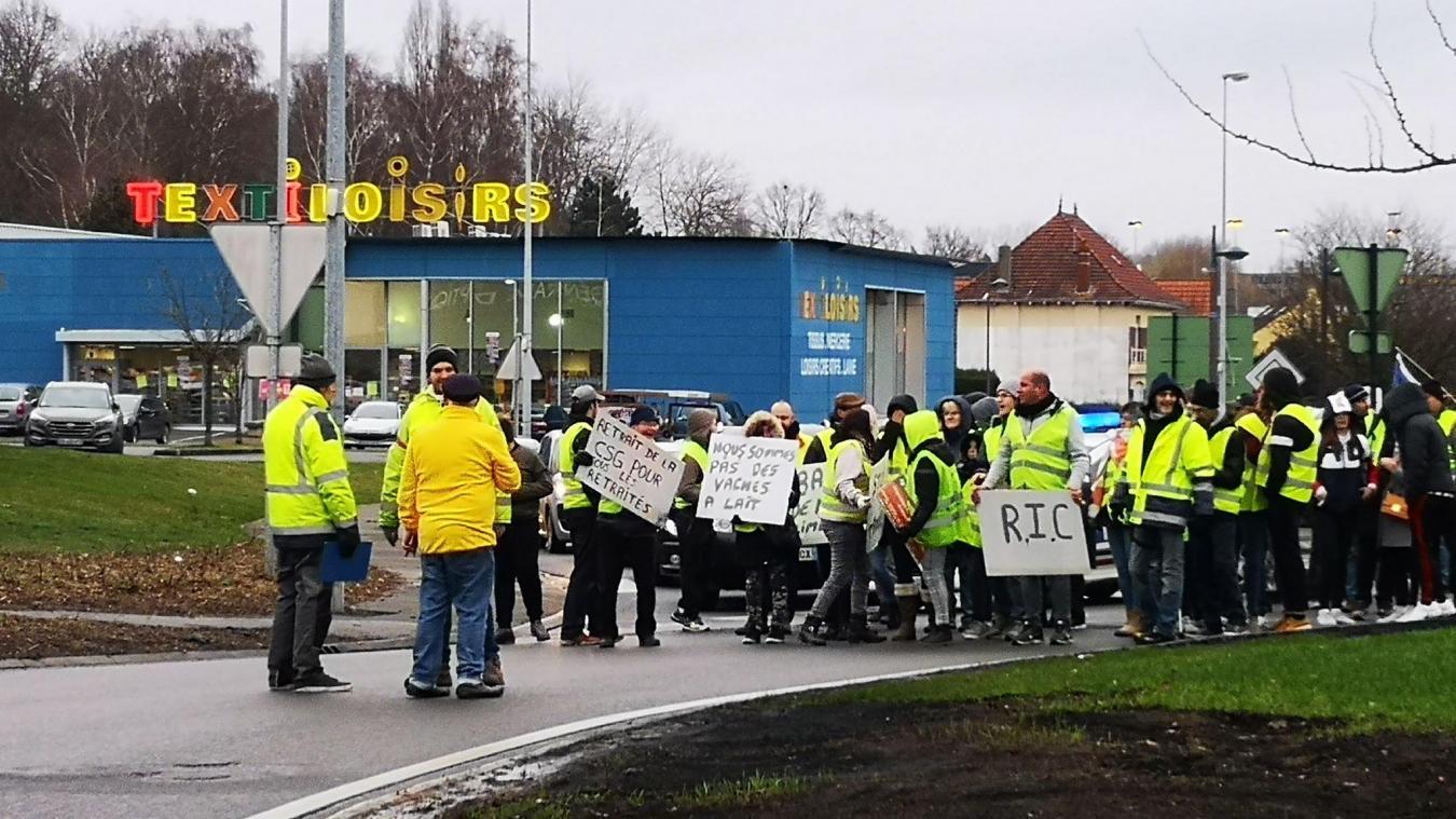 Bruay-la-Buissière: les Gilets jaunes bloquent le rond-point de la Porte Nord (photos et vidéo)