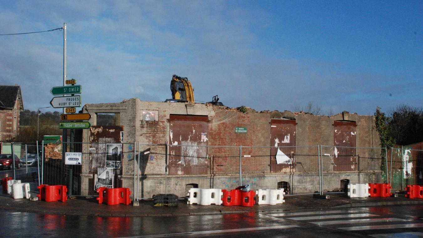La toiture et le premier étage ont disparu. L'entrée d'Hesdin est métamorphosée.