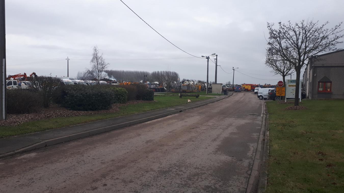 Les pompiers de Wormhout et de Steenvoorde sont toujours sur place pour éteindre l'incendie.