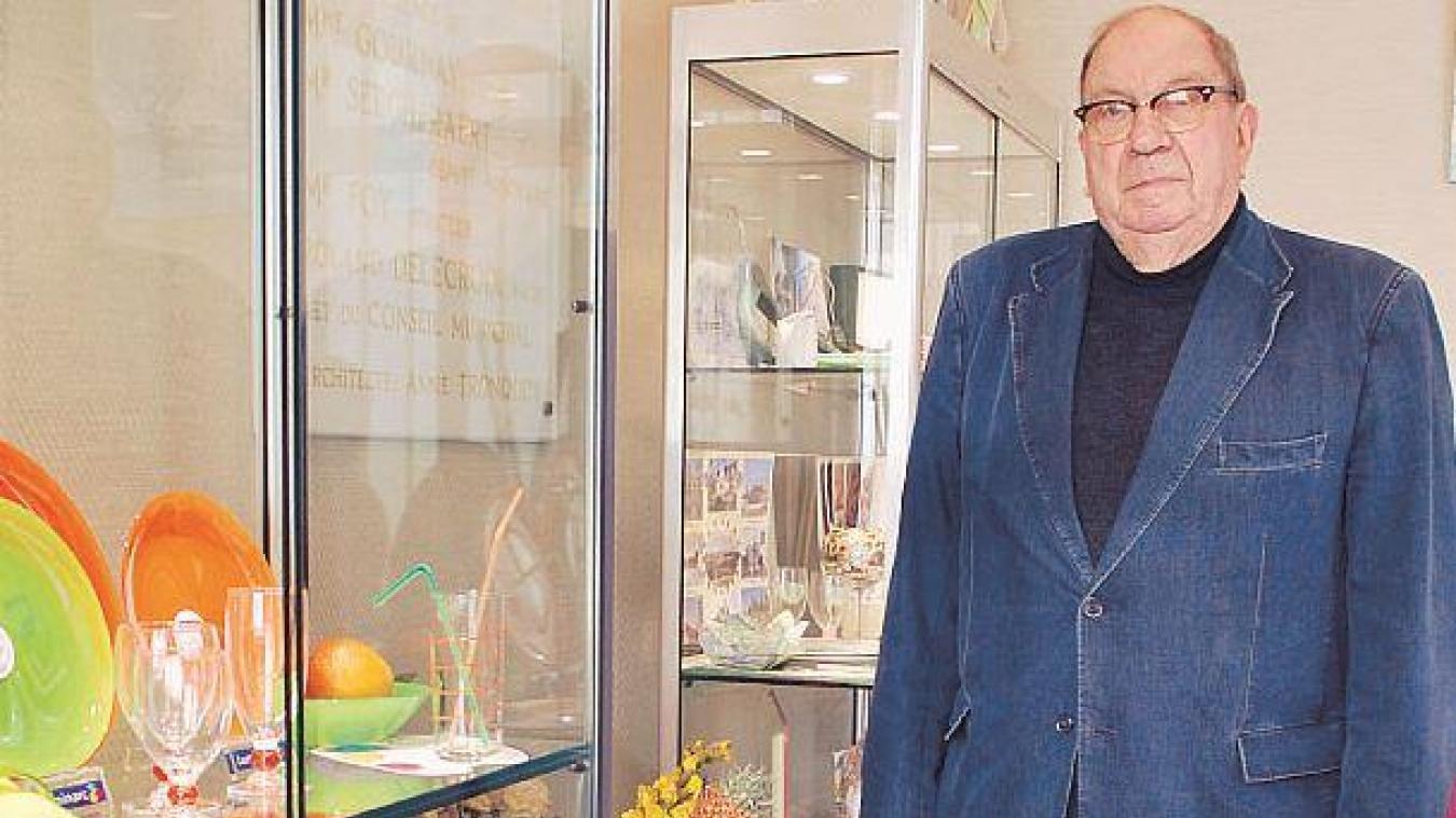 Roland Delecroix avait fait installer à l'entrée de la mairie une vitrine mettant en valeur les entreprises de Blaringhem. Archives