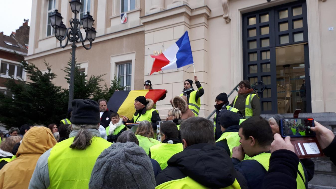 Les gilets jaunes manifestent devant le tribunal