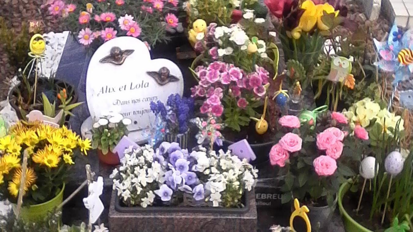 Les anges qui ornaient cette plaque posée sur la tombe des enfants de Anne et Nicolas Burlion ont été dérobés ce week-end.