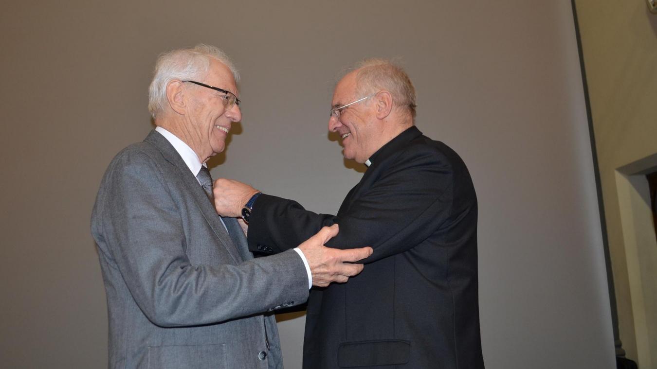 Jean Catteau a reçu la médaille du mérite diocésain des mains de Monseigneur Jaeger, évêque d'Arras. Il s'est également vu offrir un Ipad, comme tous les élèves de 6 e  qui entrent à la Malassise.