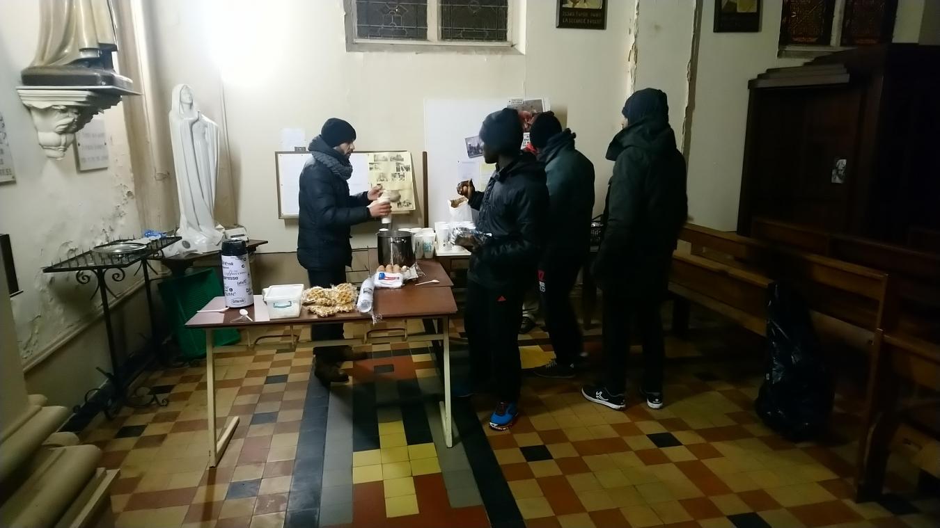 Depuis le mois de décembre, un repas chaud est servi le soir aux migrants qui en ont besoin.