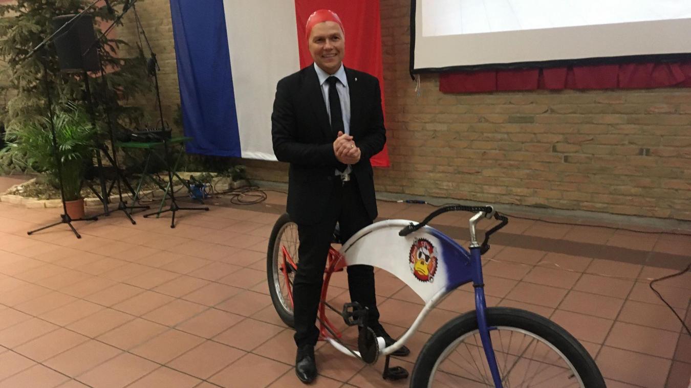 David Bailleul, le maire de Coudekerque-Branche, s'est vu offrir, entre autres, un vélo au design particulier et un bonnet de bain pour inaugurer la future piscine.