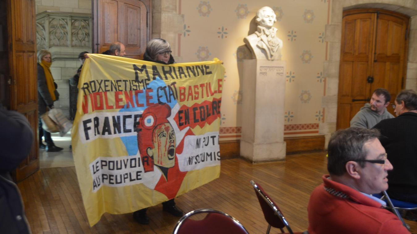 [VIDEO] À Arras, une militante syndicale perturbe la préparation au Grand débat national