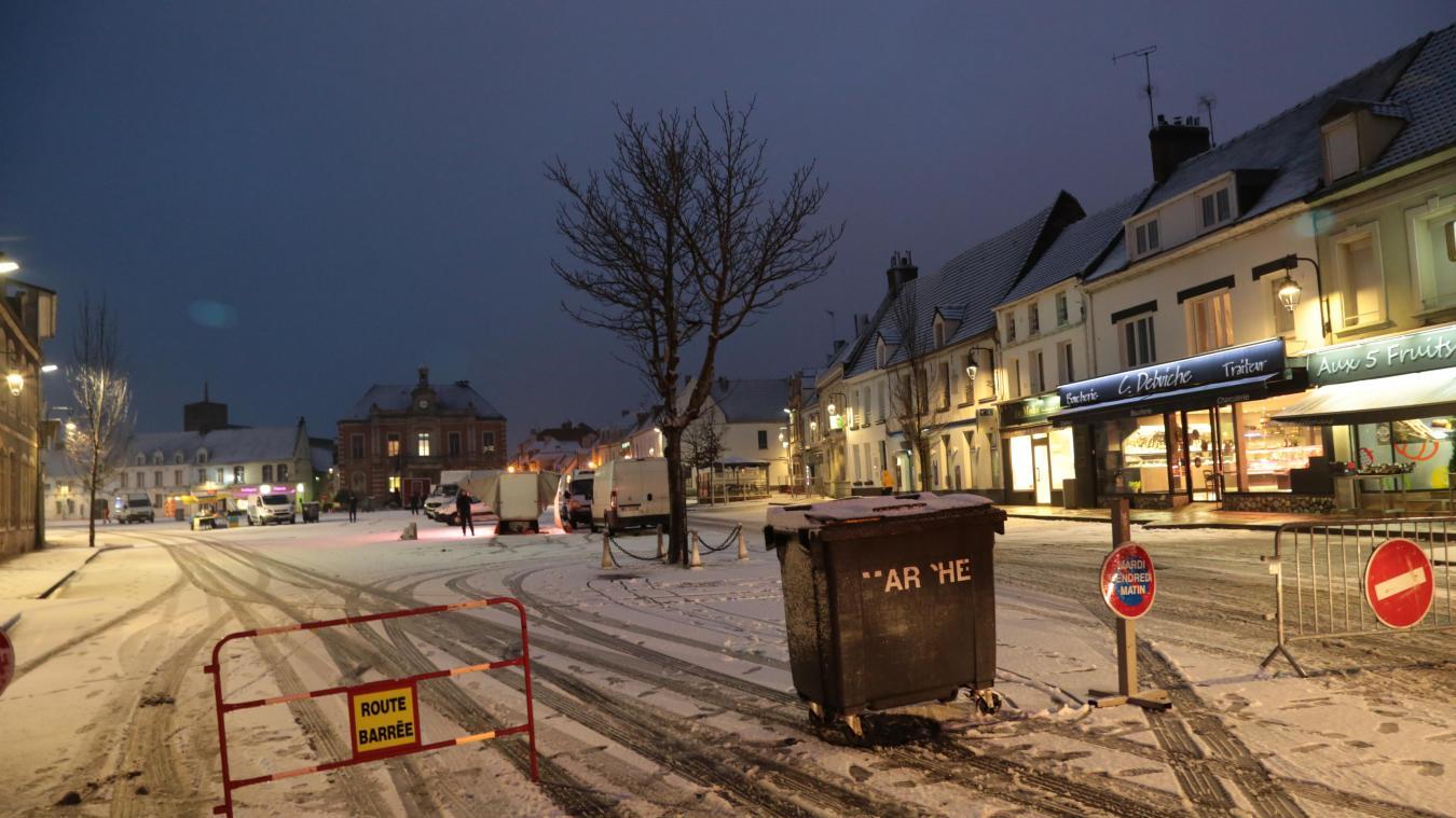 La place du Général de Gaulle sous la neige, un jour de marché.