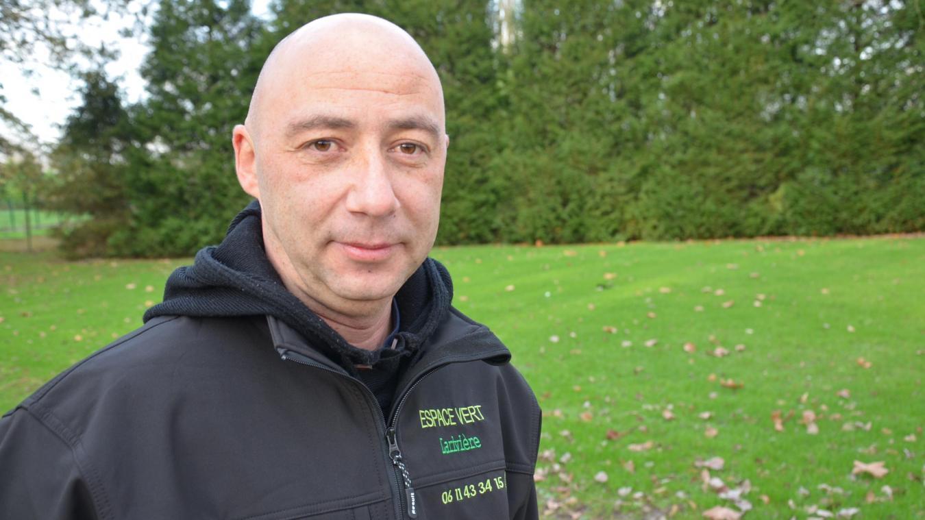 Sans emploi, Claude Larivière, Airois âgé de 41 ans, marié, trois enfants, a créé sa société d'entretien des espaces verts dans le but « de s'en sortir ».