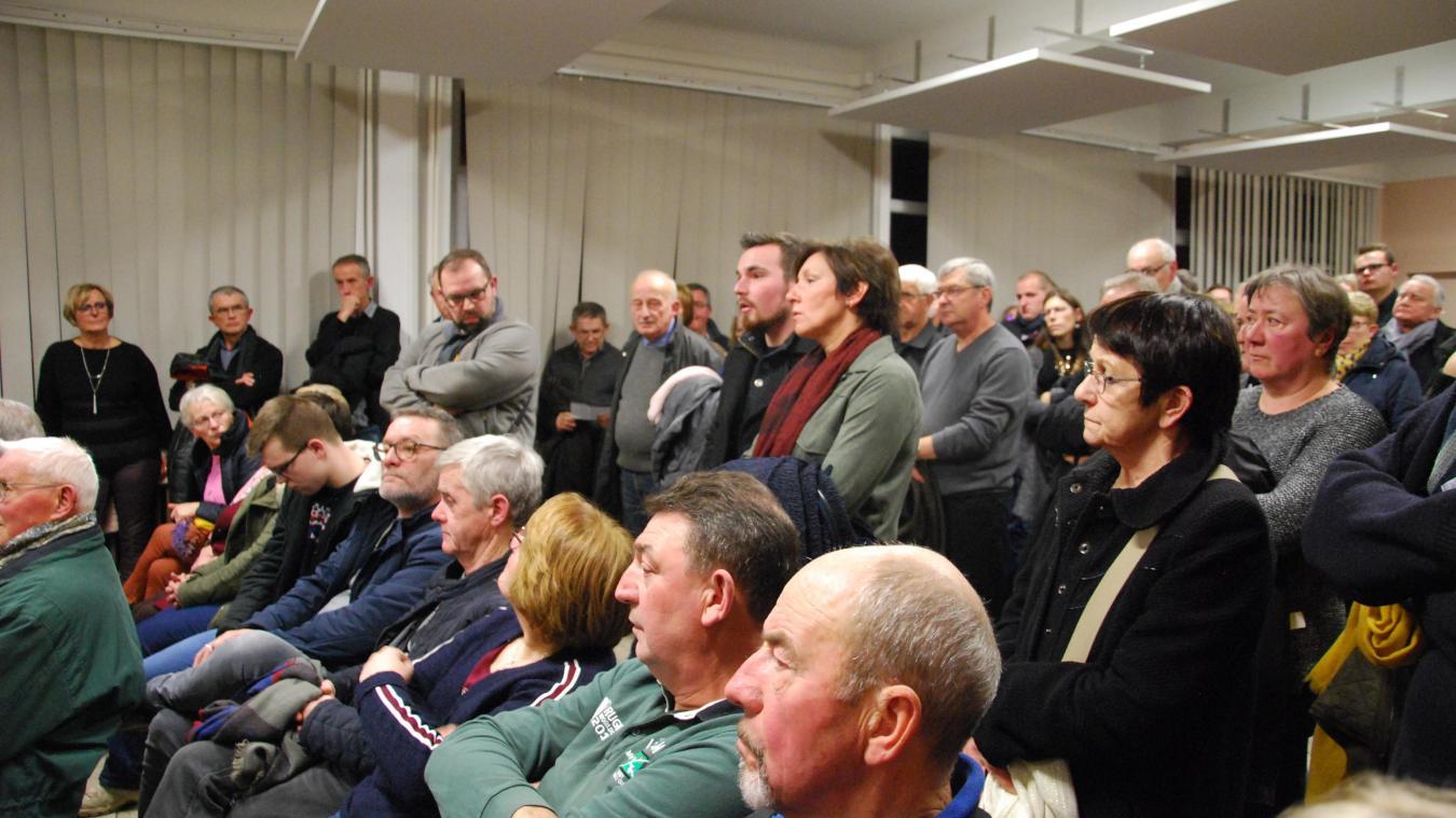 Plus de 150 personnes sont venues assister à la réunion publique samedi 19 janvier. La plupart étaient debout, faute de chaises suffisantes.