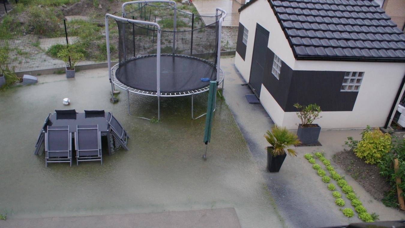 Les importants épisodes pluvieux provoquent souvent des rétentions d'eau dans le jardin de Cathy et Christophe.