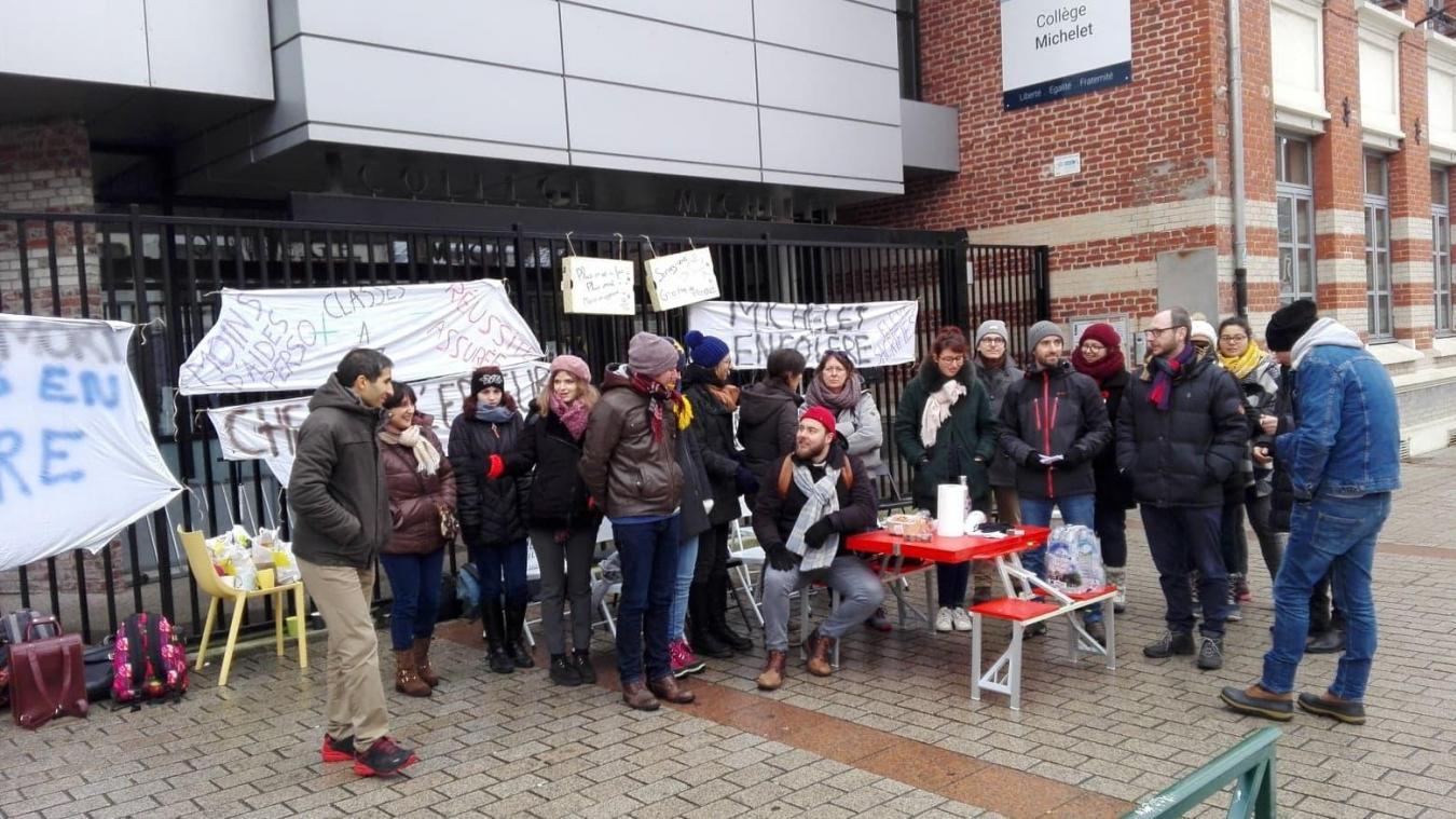 La vingtaine d'enseignants était sur la voie publique devant le collège pour distribuer des tracts.