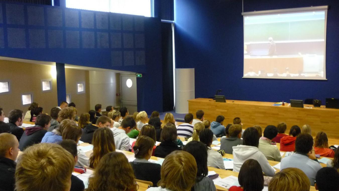 Les cours magistraux assurés par les enseignants-chercheurs d'Amiens seront retransmis en amphithéâtre, les travaux dirigés seront dispensés par des enseignants-chercheurs de l'ULCO en présentiel.