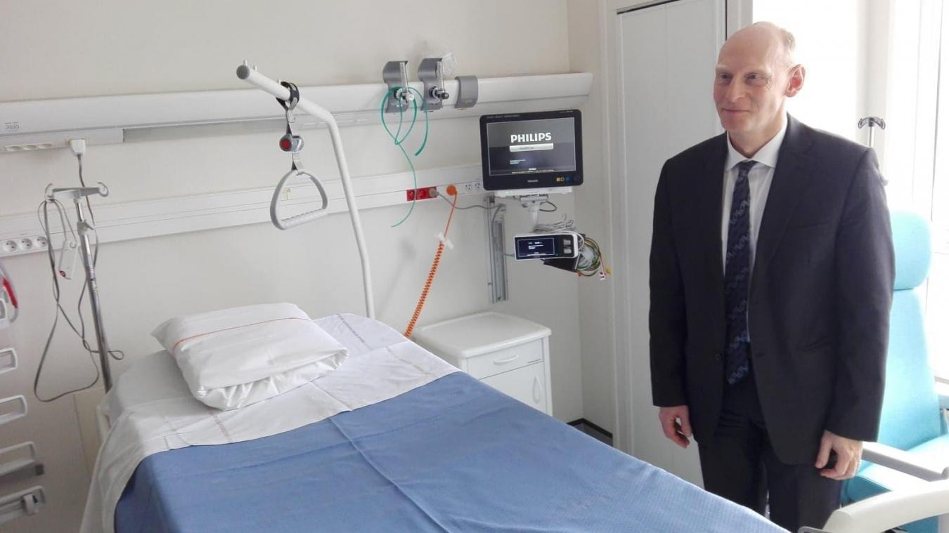 Le directeur du GHT de l'Artois dans l'une des nouvelles chambres du service de soins intensifs cardiologiques au CH Lens. Edmond Mackowiak s'en réjouit au moment où le GHT vit des moments agités.
