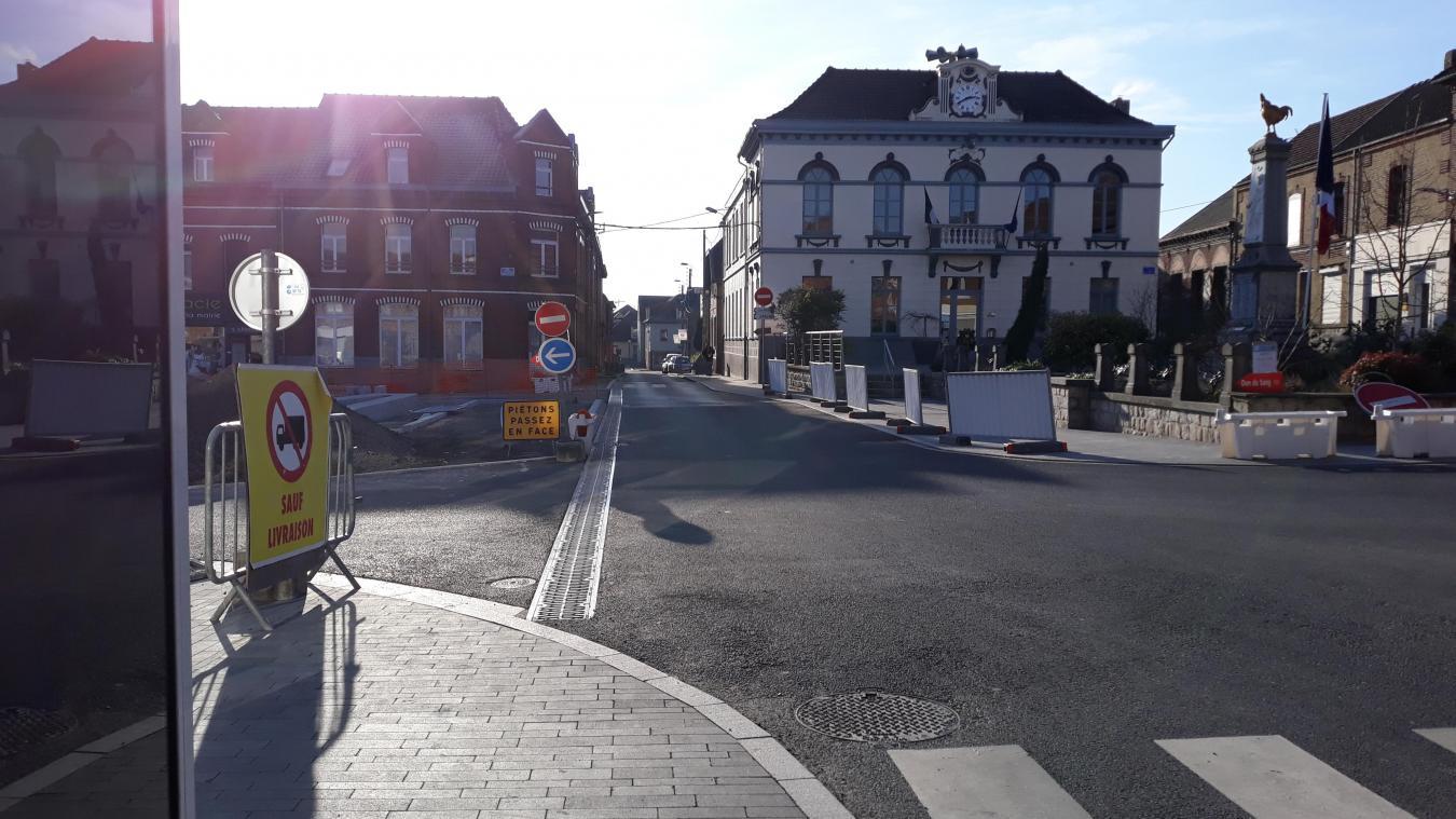 En arrivant de la rue Jean-Jaurès, on entre sur la place Salengro avant l'arrêt de bus.
