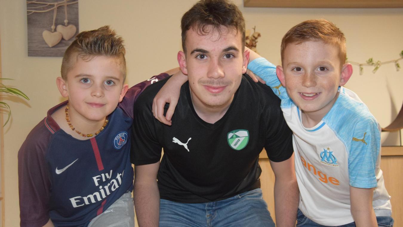 Kylian avec son cousin Paolo et son frère Mathys. Dans la famille, qu'ils portent les couleurs du PSG, du TAC FCO ou de l'OM, le foot, c'est leur religion  !