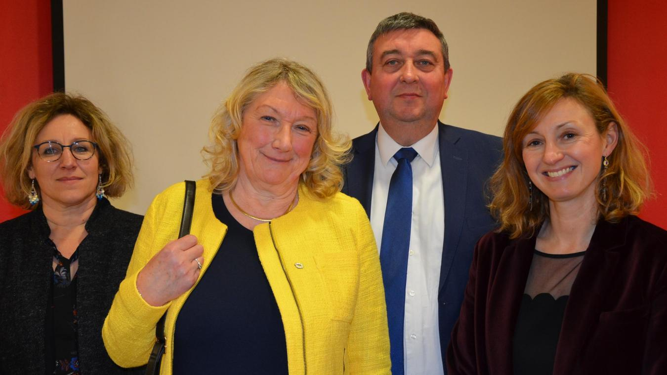 Mona Carton (en jaune) a fêté son départ en retraite à l'occasion de la cérémonie des vœux du lycée Vauban, entourée du proviseur, de la proviseure adjoint, de l'intendante.