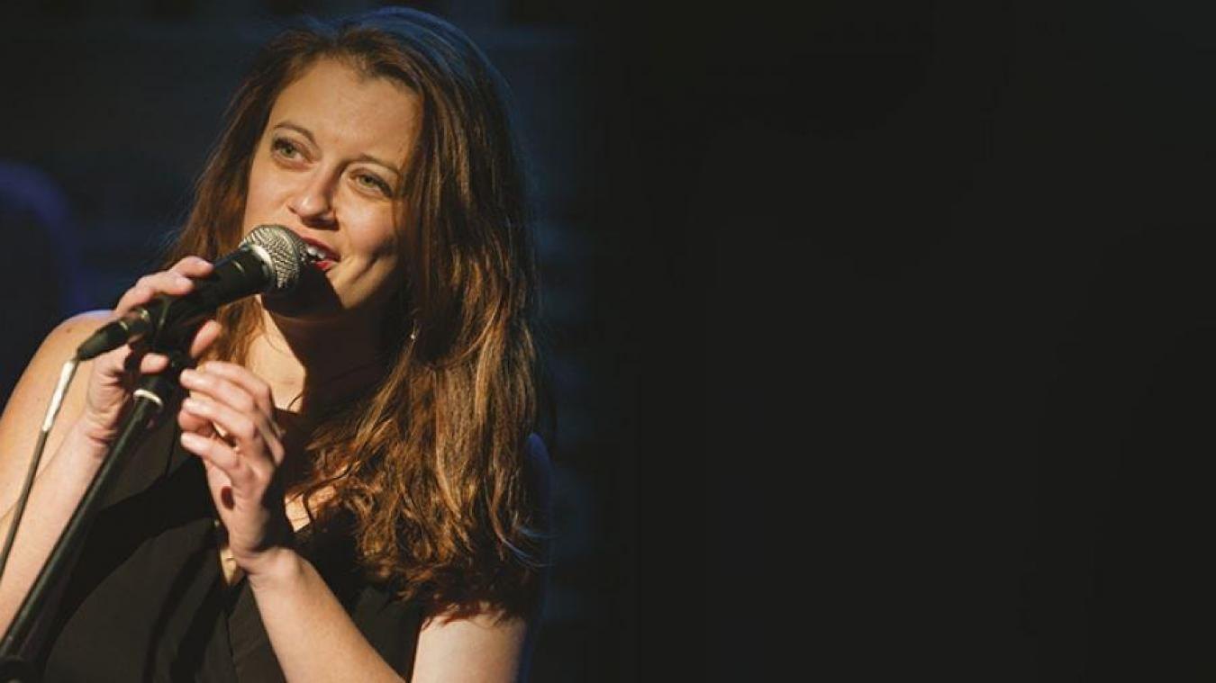 Amélie Delacroix enchante son public en reprenant les plus Grands de la chanson française.