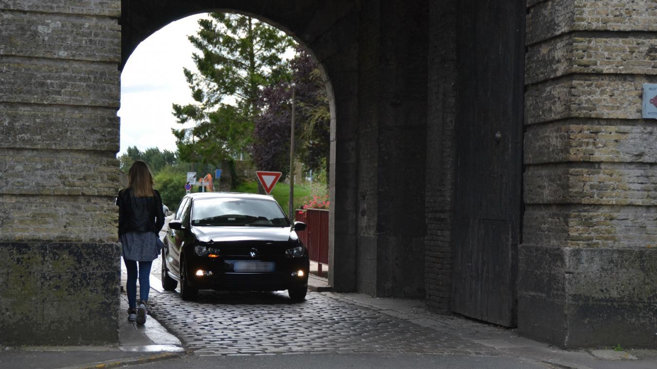 Des aménagements ont régulièrement lieu Porte de Cassel. Mais la cohabitation entre piétons et usagers de la route pose toujours question. © illustration