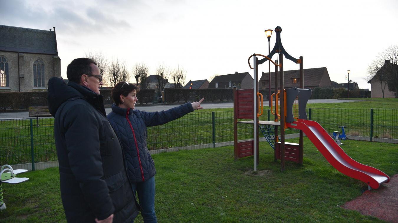 L'aire de jeux a été créée derrière l'église, à côté du terrain de football, il y a trois ans.