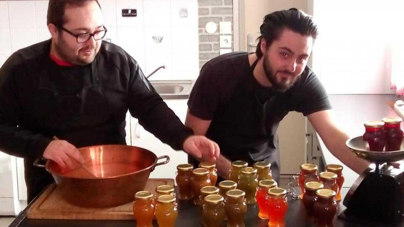 Charles et Quentin, deux frères saint-polois, se lancent dans la vente de pots de confiture avec des recettes de leur arrière-grand-mère et de leur grand-père.