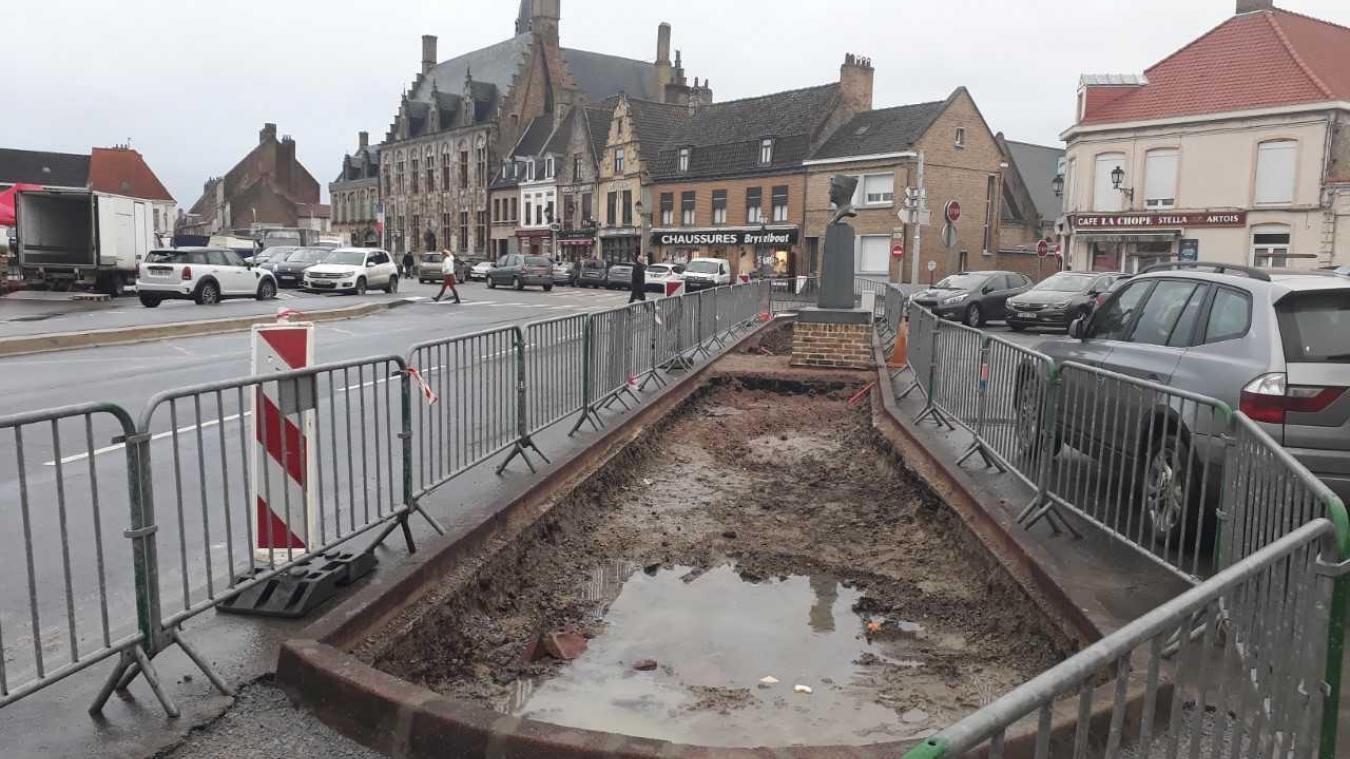 Actuellement, des barrières entourent le site. Le décaissement a été réalisé par les services de la Communauté de communes des Hauts de Flandre. Afin d'établir un massif en béton, pour l'installation du panneau et de la verdure.