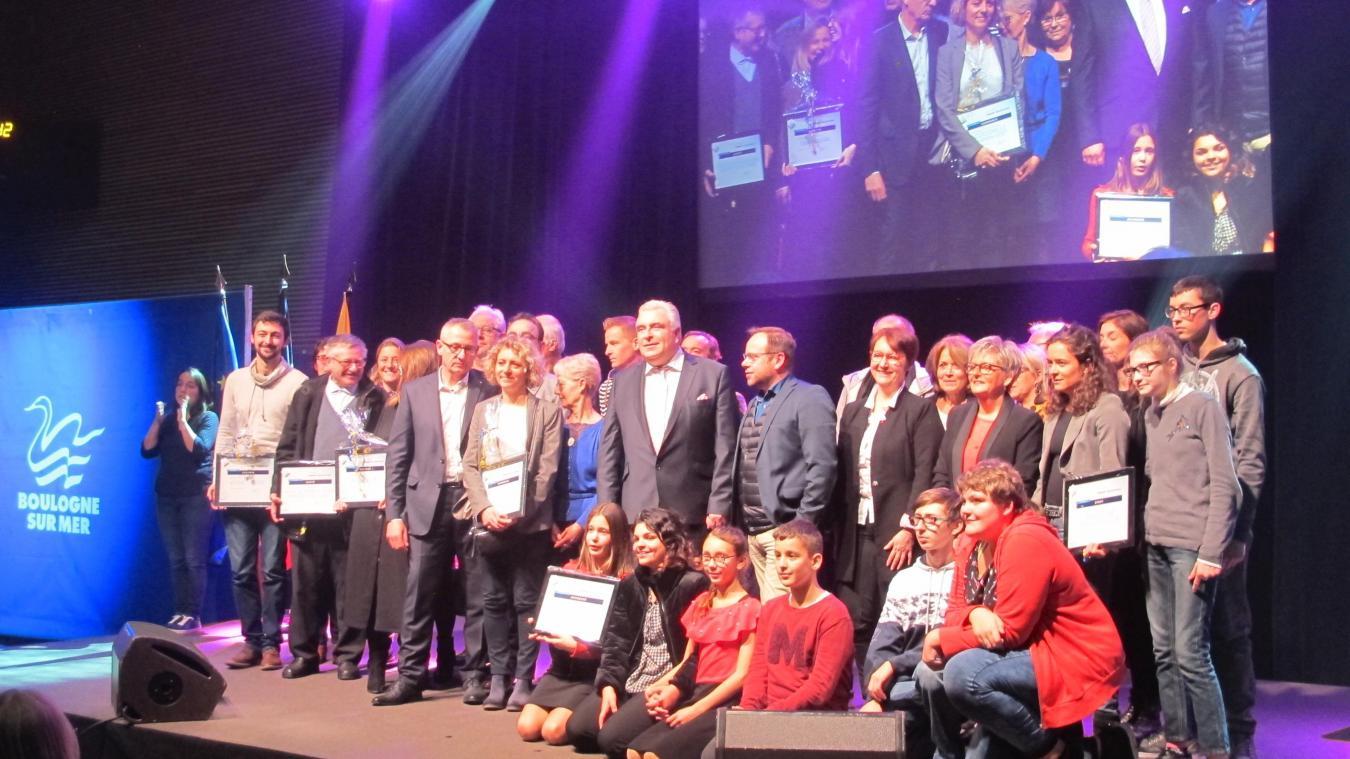 Les lauréats des talents boulonnais réunis vendredi soir sur la scène du palais des sports de Damrémont.