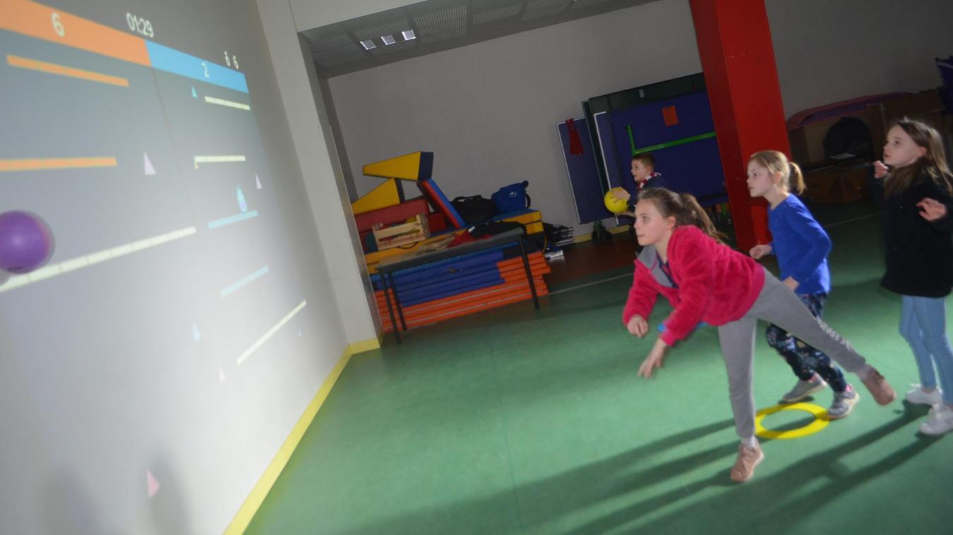 Les disciplines scolaires deviennent une formalité pour les plus jeunes quand ils les abordent à coups de ballons. Le Lü est situé derrière les enfants et projette les exercices sur le mur (des mises à jour de ces exercices seront disponibles chaque année).