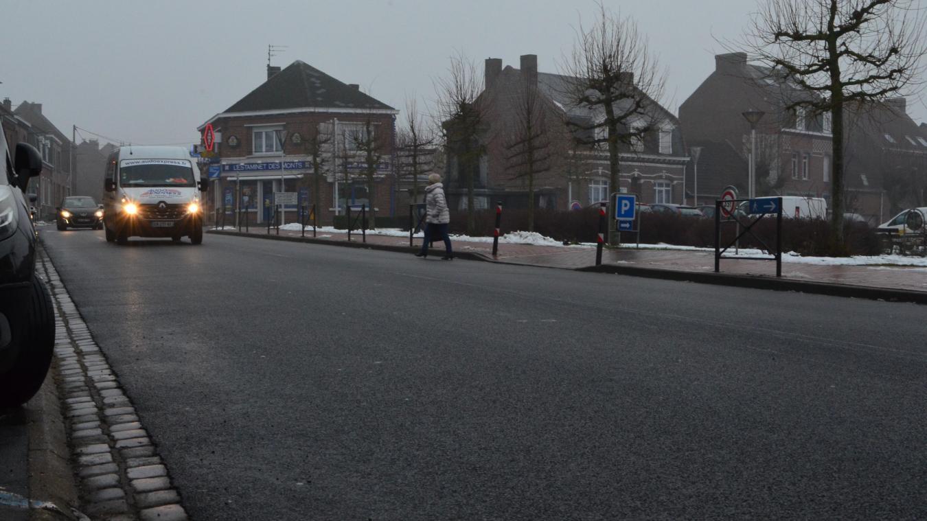 Sur la rue Nationale (D933), en centre-village, la circulation est dense. Pour casser la vitesse, une habitante propose de matérialiser un passage piéton en sortie de place, là où traverse la piétonne.