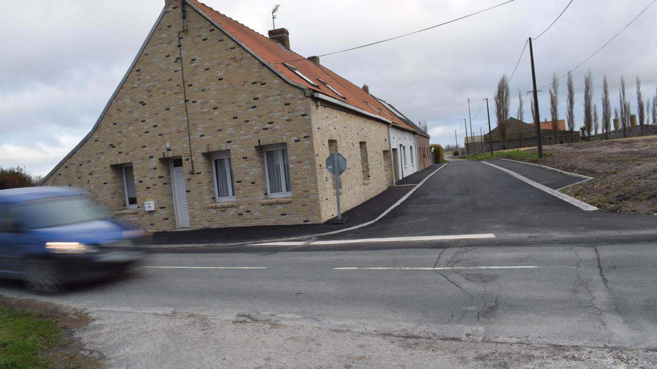 Ça roule vite sur la départementale. Alors, pour des questions de sécurité, des travaux ont été réalisés par la Communauté de communes des Hauts de Flandre.