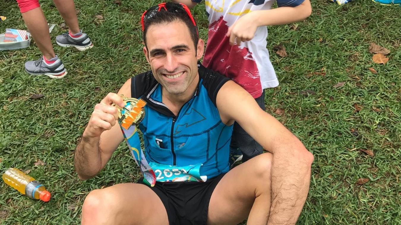 Christophe Isaert accompagné de son fils et de sa médaille, à l'arrivée de l'épreuve américaine.