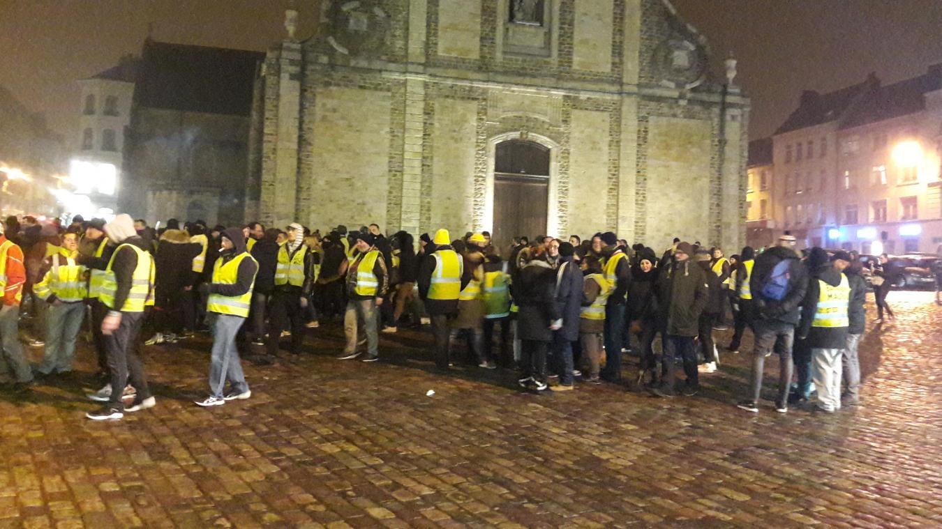 150 à 200 Gilets jaunes rassemblés place Dalton avant de s'élancer dans les rues du centre-ville.