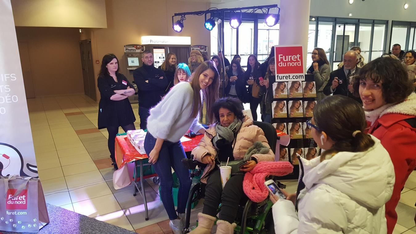 Avant de commencer la séance de dédicaces, Iris a pris le soin de privilégier de jeunes handicapées.