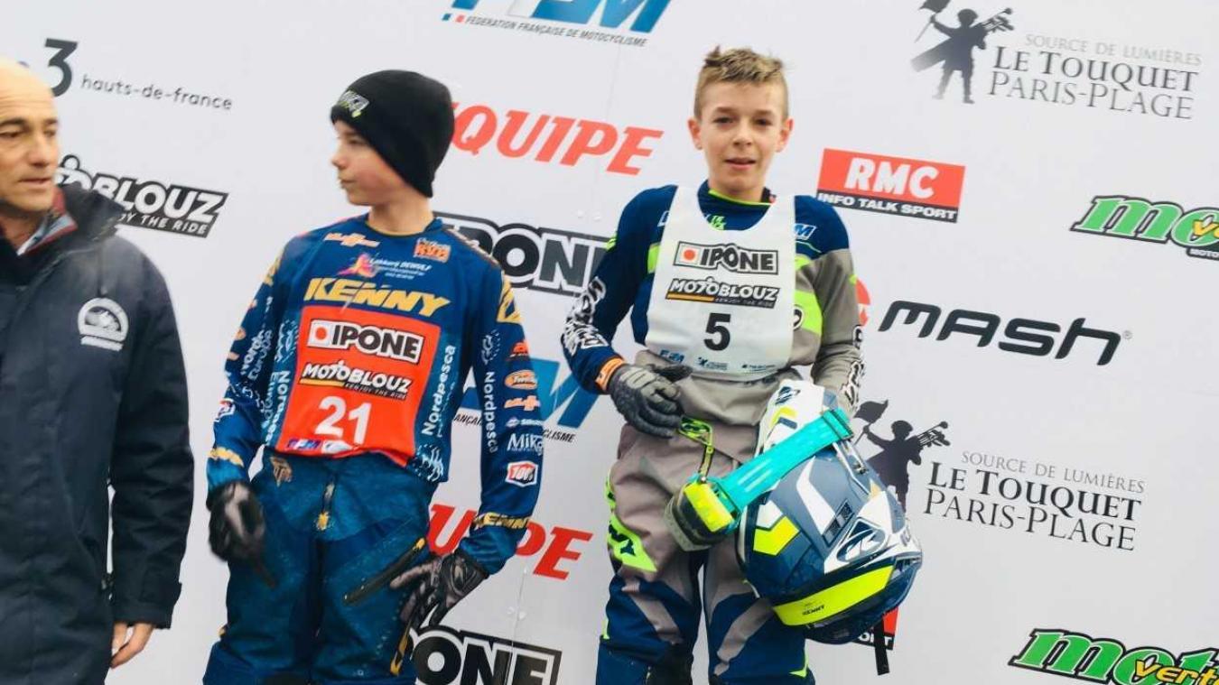 Adrien Petit, 13 ans (dossard 5) sur la plus haute marche du podium de l'Enduropale Espoirs.