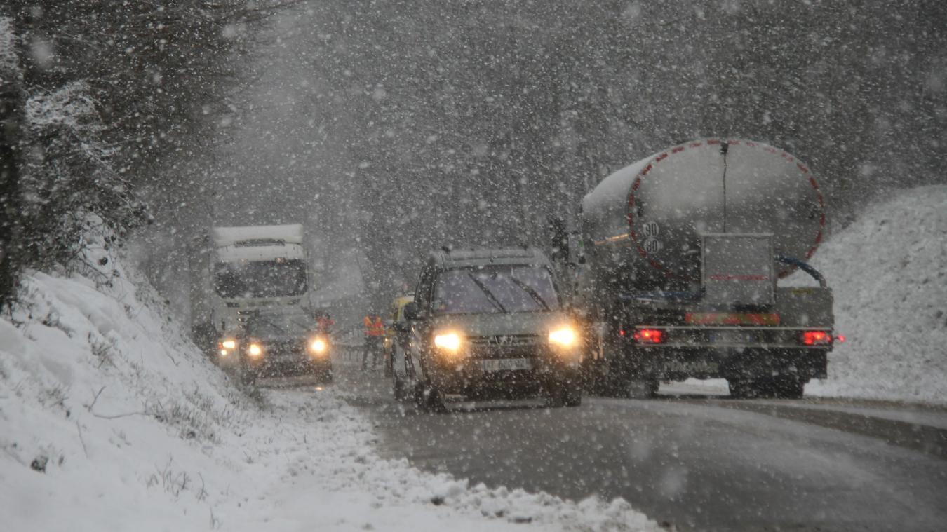 La neige a surpris les automobilistes.