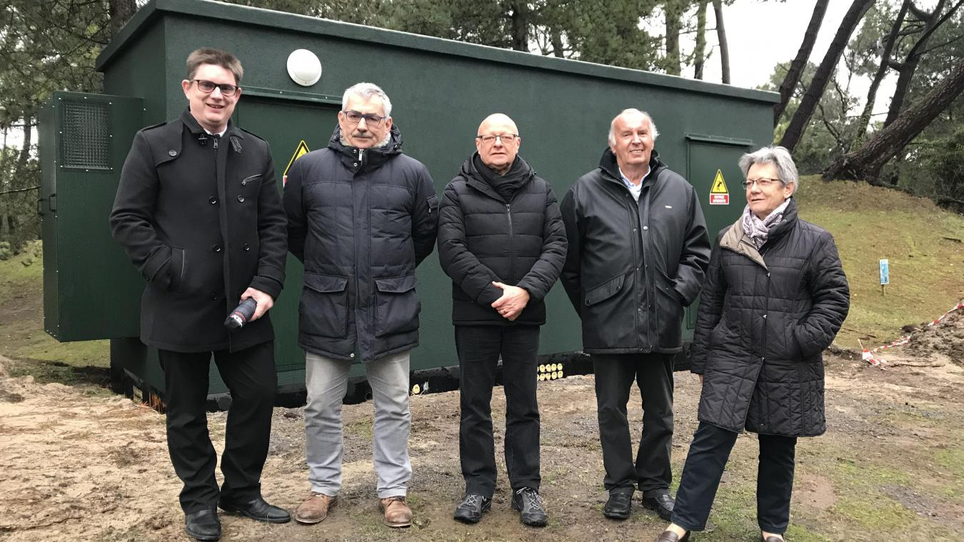 Devant ce Shelter (élément préfabriqué permettant l'hébergement des NRO), Jean-Marc Detrez, Jean-Claude Descharles, et les adjoints Didier Bomy et Evelyne Lenglet qui entourent le maire Walter Kahn.