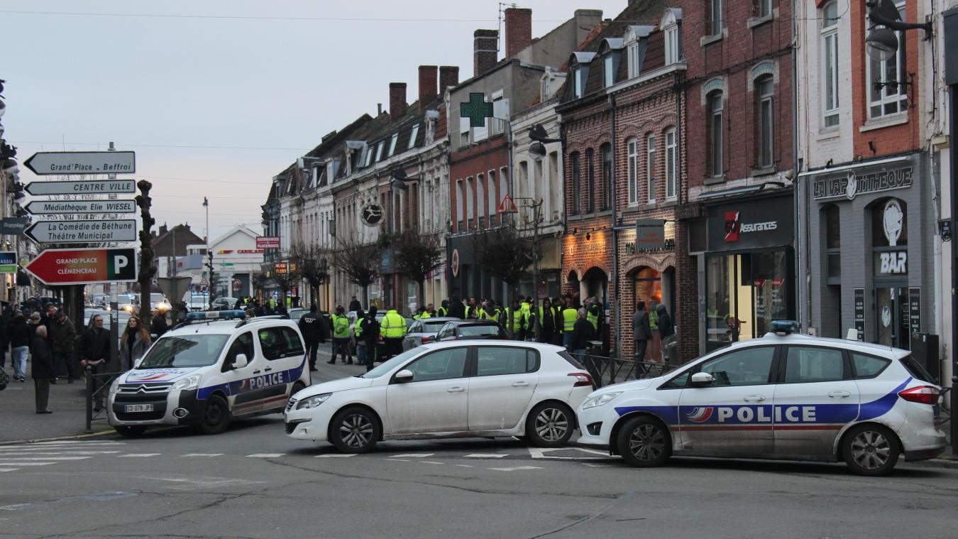 Béthune: les Gilets jaunes protestent devant le local de la députée Deprez