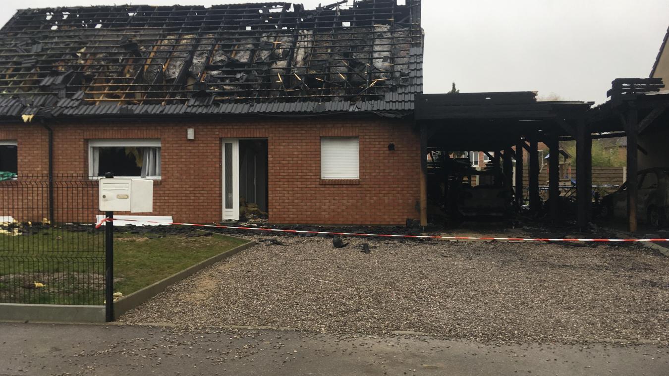 La maison a été ravagée par le feu.