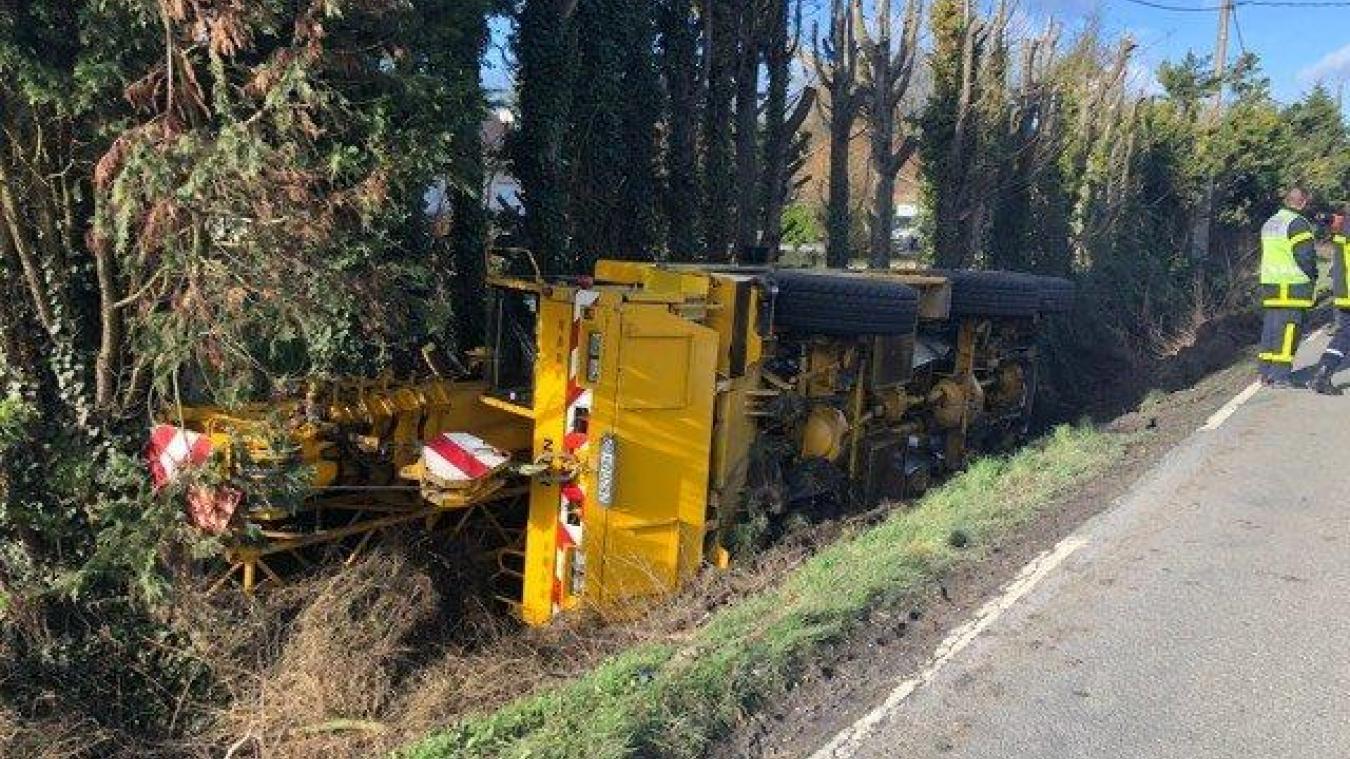 Un camion de 40 tonnes au fossé à Richebourg: la rue du Grand-Chemin bloquée jusqu'à ce jeudi soir (photos et vidéo)