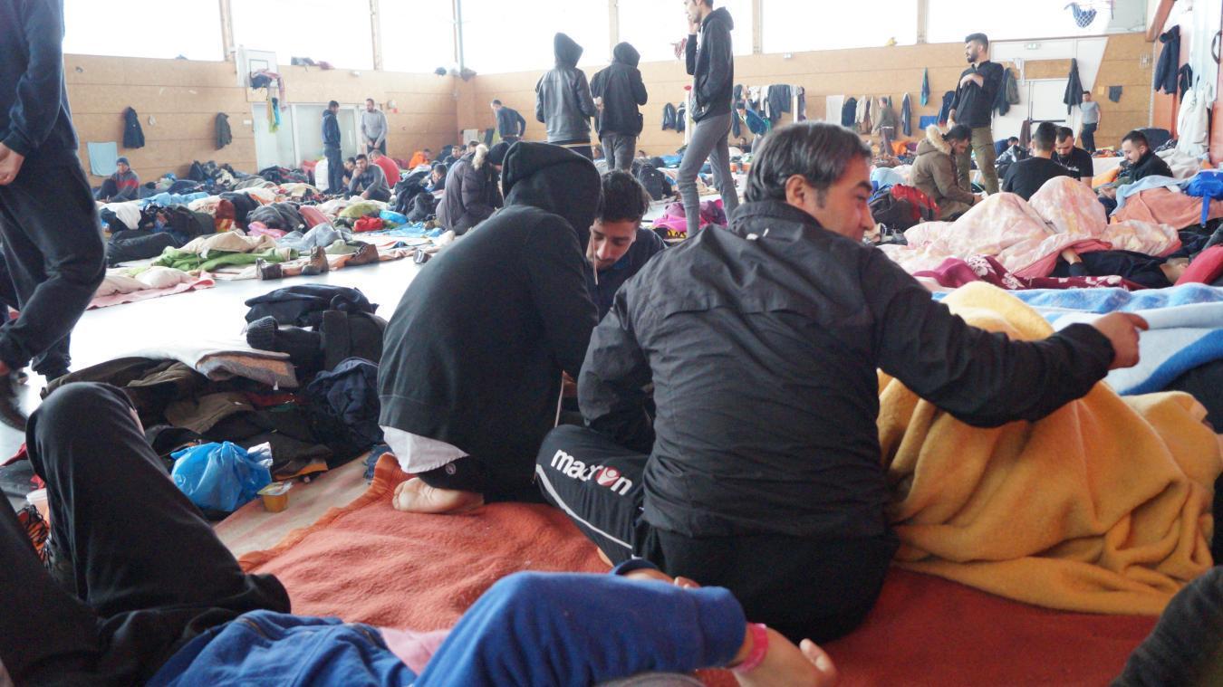 Alors que les familles sont hébergées dans un bâtiment du Puythouck, le gymnase accueille près de 200 migrants, en plus des tentes installées à l'extérieur.