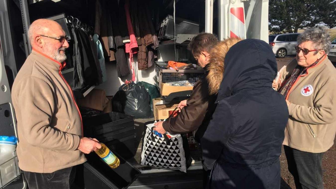 Jean-Pierre et Nadine Potel, très investis au sein de l'unité locale Berck-Montreuil de la Croix Rouge, étaient au Touquet ce jeudi matin avec le camion itinérant dans le but d'aller à la rencontre des habitants et de leur distribuer quelques denrées.
