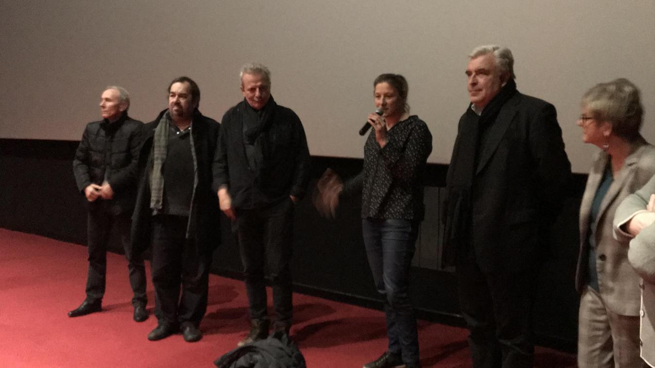 Lise Legrand, au micro, présidente de l'Elco, entouré de Maurice Ferlet, réalisateur et des élus.