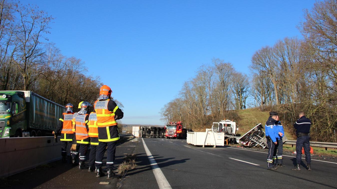 Un camion se couche sur l'A26 (actualisé, photos et vidéo)