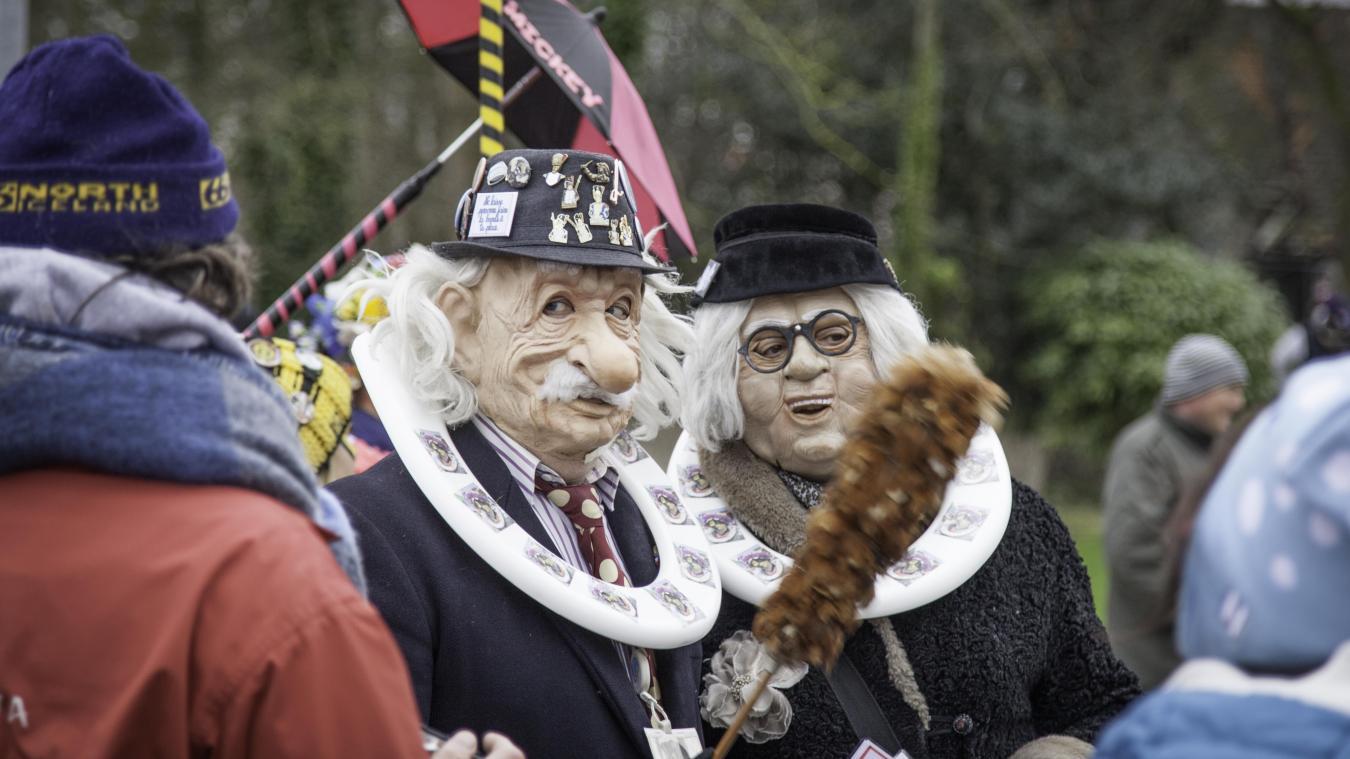 Lors de la bande d'Armbouts-Cappel, dimanche 10 février, les célèbres personnages Léon et Yollande Grootenpinte, ont porté une lunette de toilette autour du cou, comme Franck faisait en revêtant son clet'che.