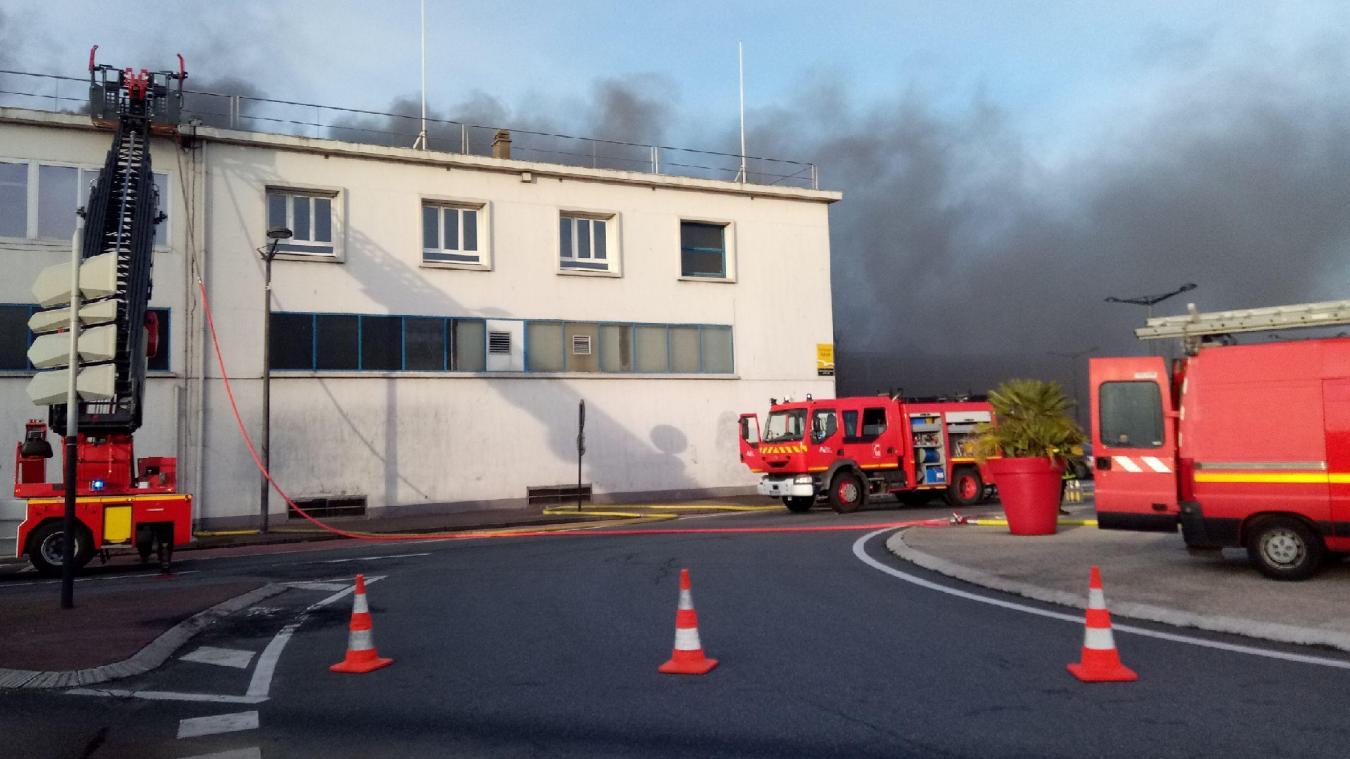 L'incendie est toujours en cours.