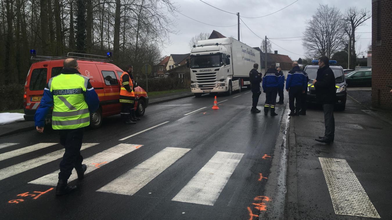 L'accident mortel s'est produit vendredi 8 février vers 7 h 30. Selon le maire de Renescure, 16 000 véhicules traversent chaque jour le village, dont plus de 2 000 camions. Les projections présentées en 2014 par le Département tablent sur 27 000 véhicules par jour en 2030.