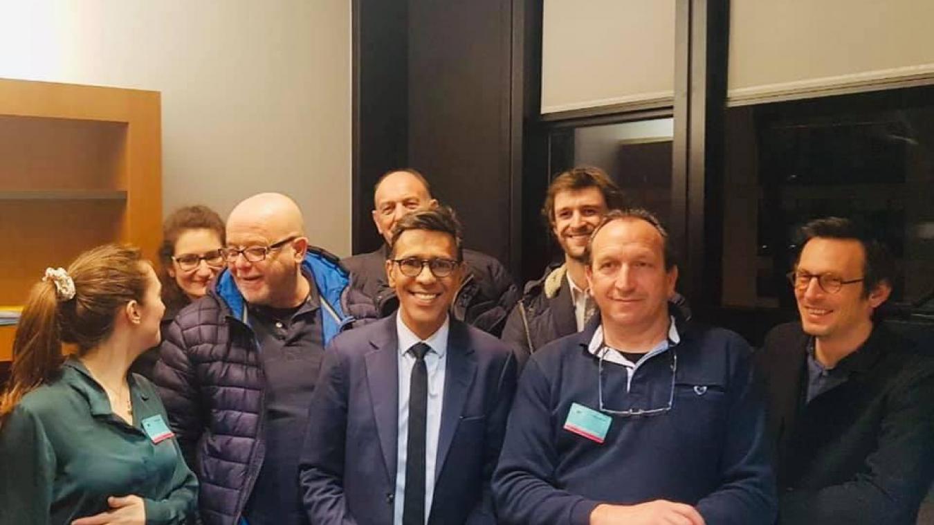 Les principaux opposants à la pêche électrique - au premier rang, le Boulonnais Stéphane Pinto - réunis dans le bureau du député européen Younous Omarjee dans la nuit.